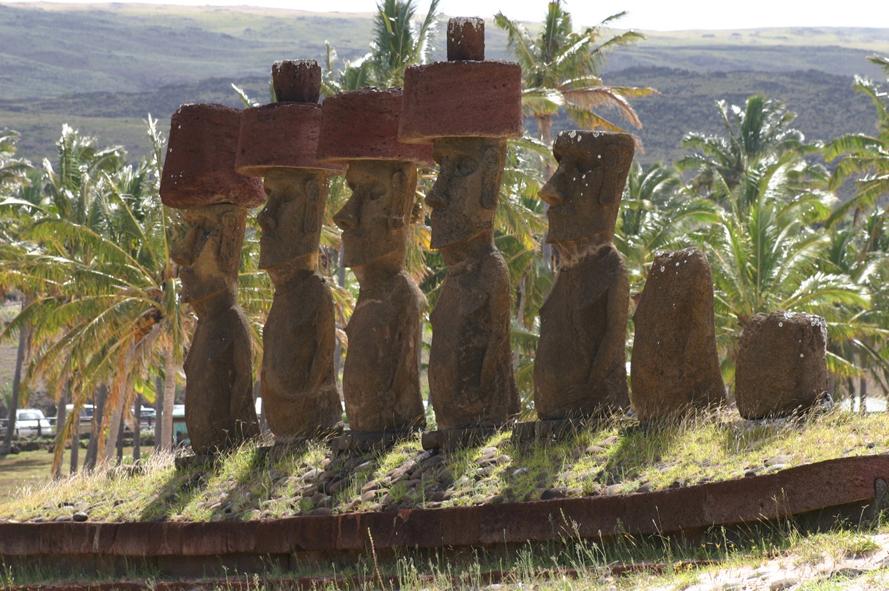Les Moaï de l'ahu Nau Nau, sur la plage d'Anakena.