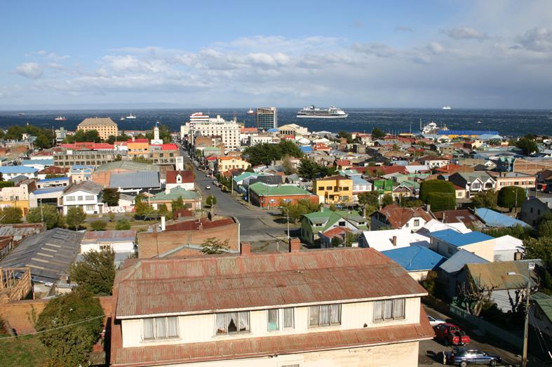 Punta Arenas et le détroit de Magellan, au fond.